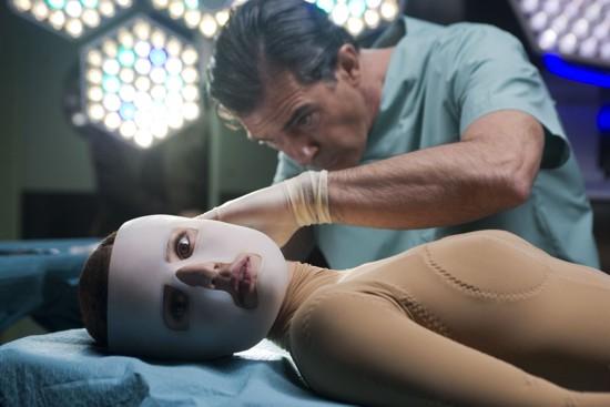 La película no transmite todo el sufrimiento de Vera (Elena Anaya) durante los años bajo el dominio de Robert (Antonio Banderas).